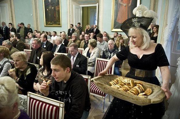 1. Rok 2011, Zjazd Zbyszków, Lublin, Krystyna Szydłowska serwuje miejscowe wypieki tzw. cebularze.