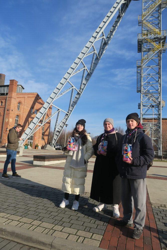 Wolontariusze z II LO podczas zbiórki w Parku Tradycji.