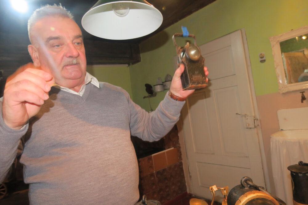 Andrzej Garbarz prezentuje jedną z lamp.