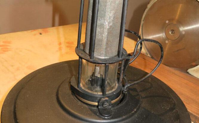 Lampa pływakowa na benzynę. Spuszczano ją w głąb szybu, aby stwierdzić obecność tlenku węgla. Jeśli było za dużo wtedy lampa gasła.