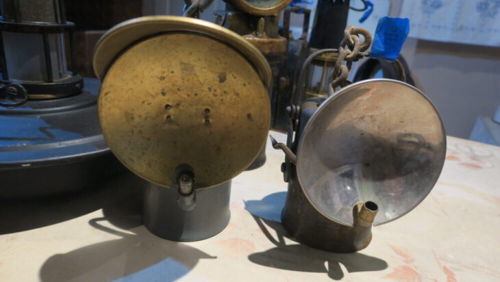 Lampy karbidowe, nazwa pochodzi od karbidu (acetylenek wapnia), stosowanego w lampach, który po zetknięciu z wodą (w lamie były dwa pojemniki; z karbidem na dole i z woda, która skapywała na karbid) uwalniała palący się jasnym płonieniem acetylen.