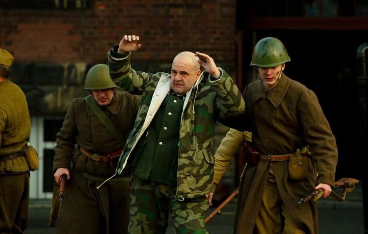 Cezary Żak jako oficer Wehrmachtu wzięty do niewoli.