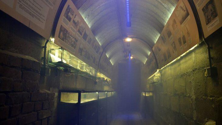 W znajdującym się pod szkołą niemieckim schronie urządzono Izbę Pamięci.