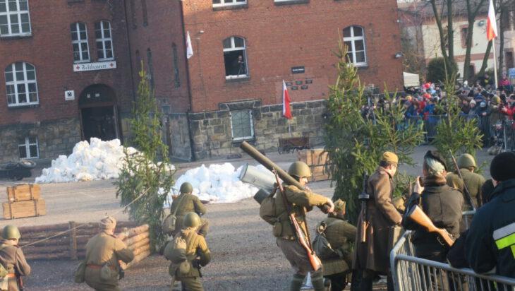 Czerwona Armia w zwałach śniegu. Trzeba było biały puch dowozić, bo zimy nie ma.