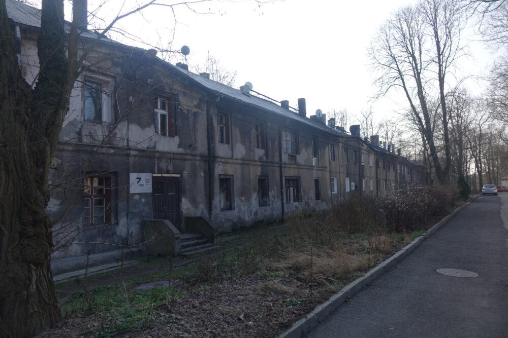 Zwiedzający dopytywali się co z dawnymi mieszkaniami dla pałacowej służby. Opustoszały domy jednak nie należą do obecnego właściciela pałacu i ich los jest nieznany.