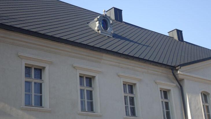 Fragment wschodniego skrzydła od strony małego dziedzińca – widać, że odbudowa przeprowadzona jest na najwyższym poziomie.