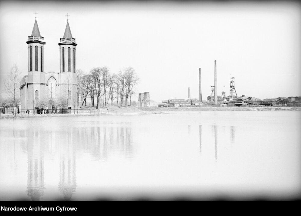 Siemianowice, po ukończeniu budowy wież kościoła pw. św. Antoniego z Padwy
