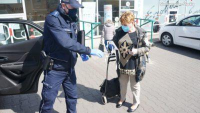 Policjanci z siemianowickiej komendy rozdawali maseczki ochronne