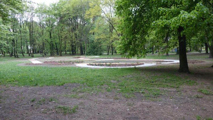 Ogród powstał pośrodku trawnika, przez który trzeba przejść, by pobudzić zmysły / Park Górnik - Siemianowice