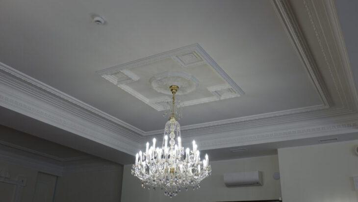 2. Sztukateria i żyrandol w sali lustrzanej