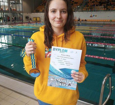 3 Maria Krętosz prezentuje swój medal