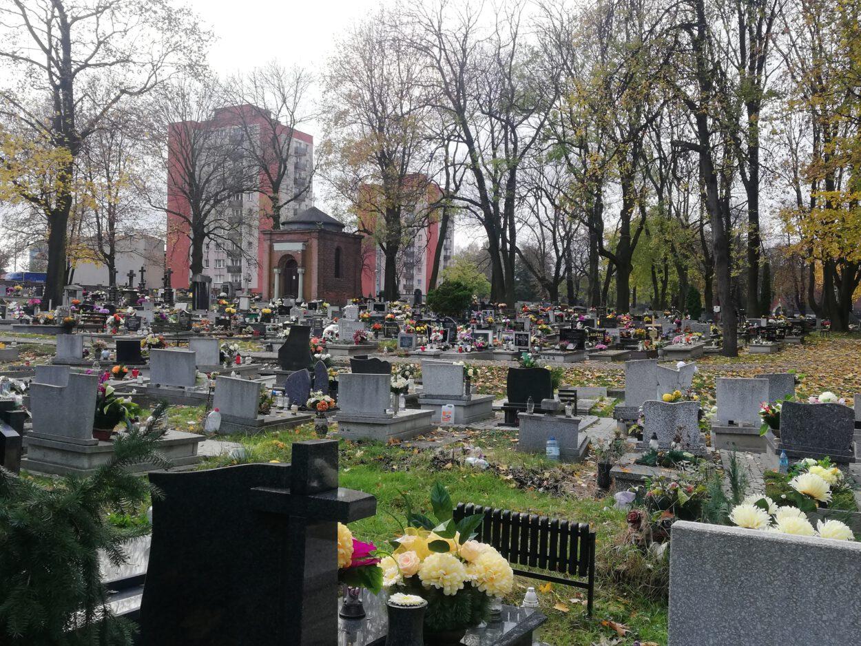 Cmentarz parafii pw. Krzyża Świętego w Siemianowicach w dniu Wszystkich Świętych.