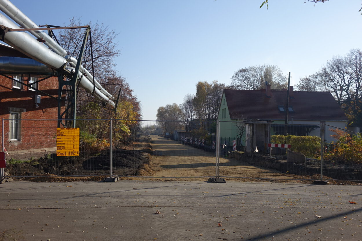 Budowana ulica widziana od ulicy Starej Katowickiej.