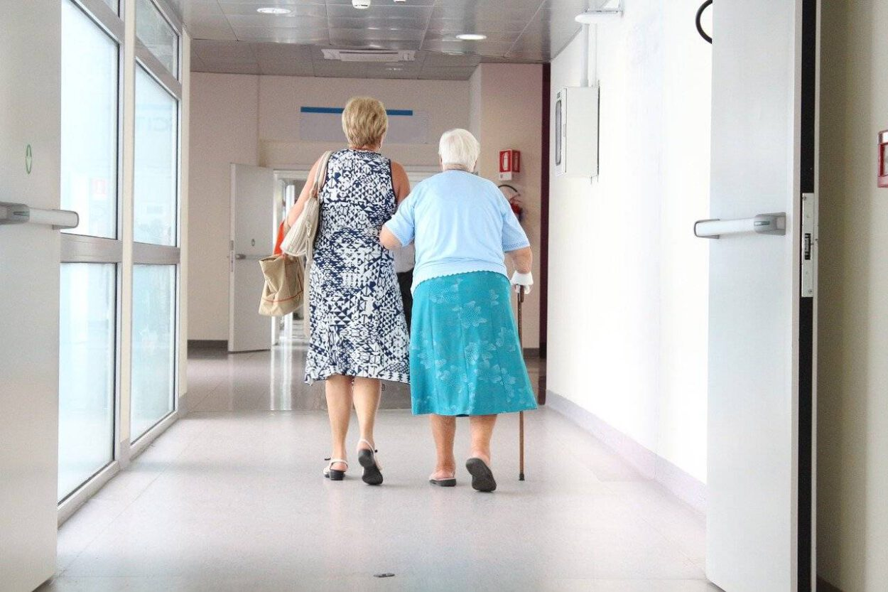 dwójka kobiet idzie na szczepienie (2)