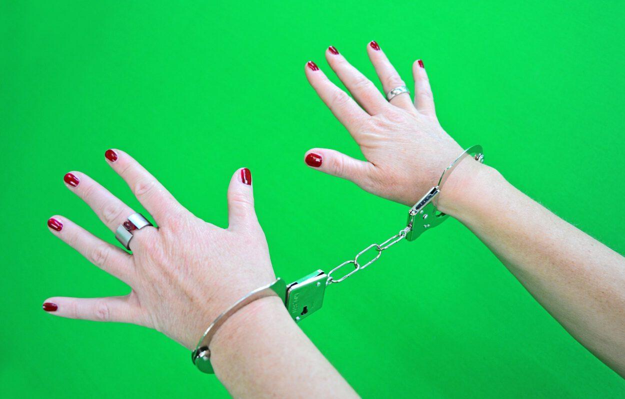 kajdanki damskie ręce