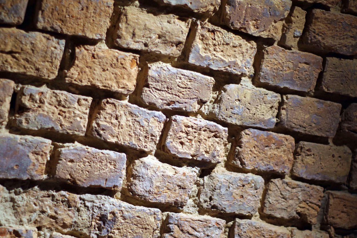 ściana w okradzionej piwnicy w siemianowicach