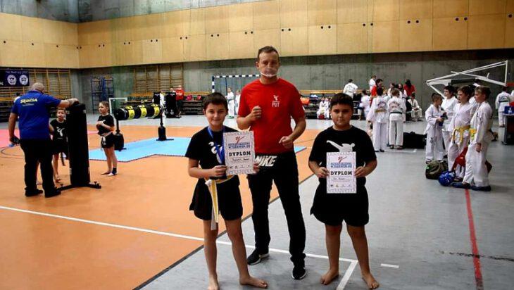 Trener Dawid Latosik wraz z 9-letnim Szymonem i 10 letnim Fabianem.