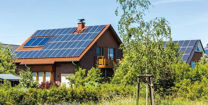 dom jednorodzinny z panelami słonecznymi na dachu siemianowice