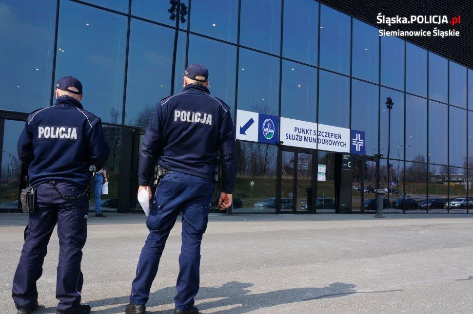 policjanci przed mck katowice czekają na szczepienie