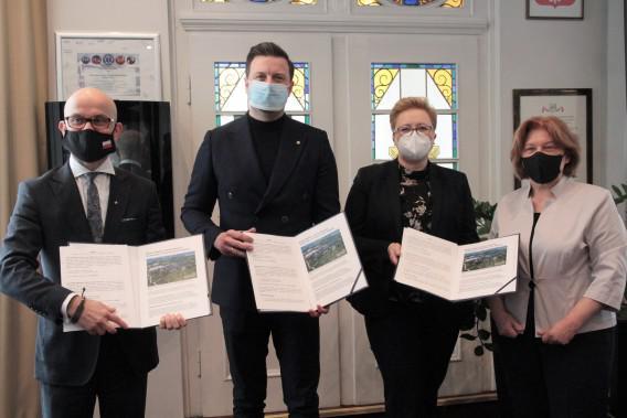 rafał piech, jadwiga dyktus, monika domańska, janusz michałek podpisują akt powstania śląskie centrum biznesu i technologi siemianowice śląskie