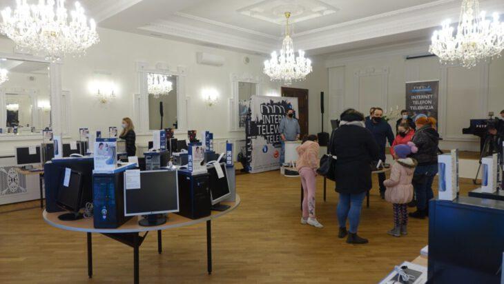 Siemianowicka firma MMJ odnowiła komputery i przekazała uczniom siemianowickim szkół.