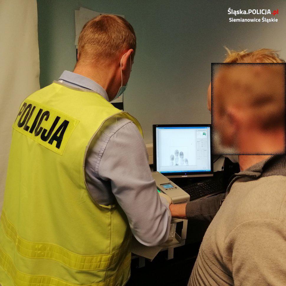 policja siemianowice przed monitorem z odciskami palców