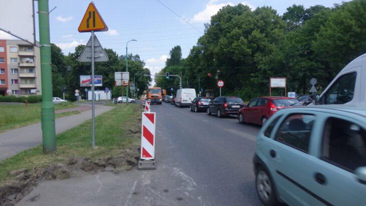 Samochody w stronę Siemianowic stoją, mimo że maja zielone światło, gdyż z drugiej strony odrębna sygnalizacja wahadłowa zezwoliła na ruch samochodom jadącym od Siemianowic, zaś zwężenie pozwala na poruszanie się tylko jednym pasem.