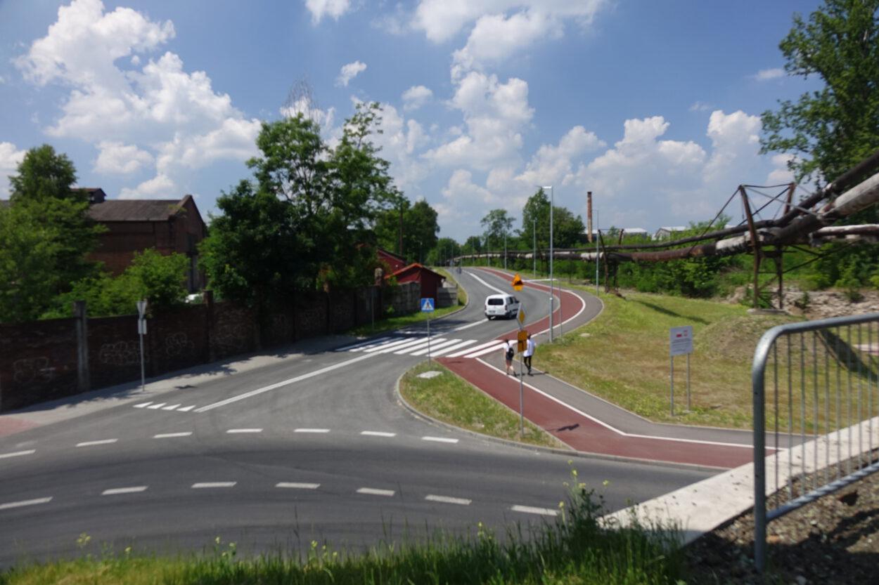 Łącznik umożliwia przejazd, jednak znaki nie kierują pojazdów na to alternatywne połączenie z centrum Siemianowic