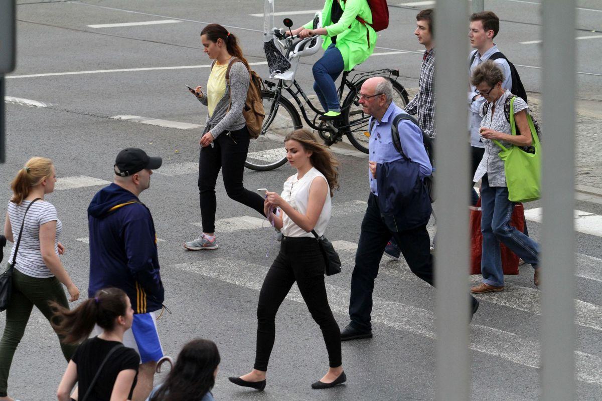 karalne rozmowy przez telefon na przejściu dla pieszych