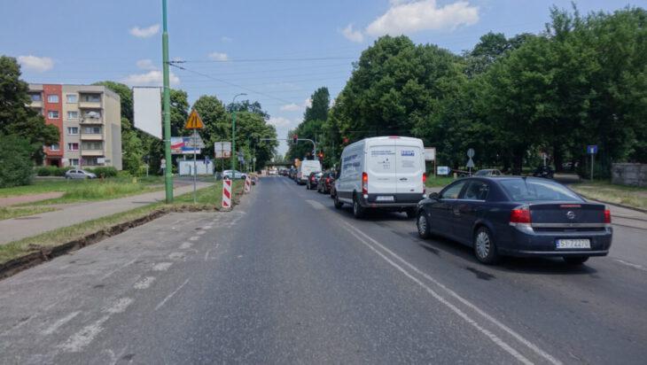 Wyraźnie widać znak pokazujący, że skręt z ulicy Katowickiej w Starą Katowicką prowadzi w ślepą uliczkę, kiedy w rzeczywistości można tędy przejechać do centrum miasta.