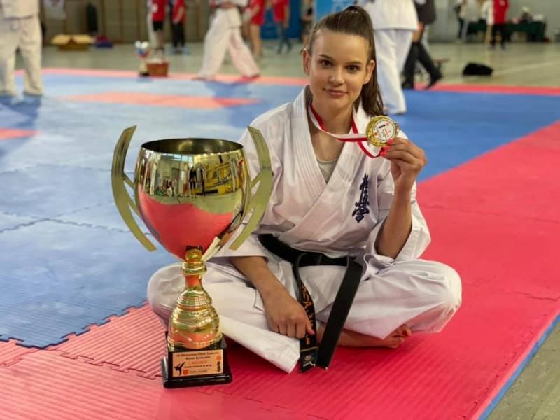 Daria Dobkowska - Szefer z trofeami wywalczonymi na Mistrzostwach Polski