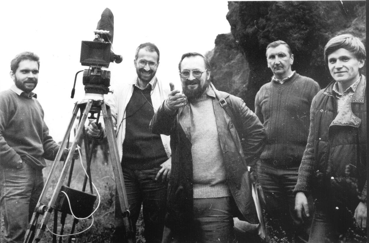 Antoni Halor (pośrodku) na planie jednego ze swych filmów.