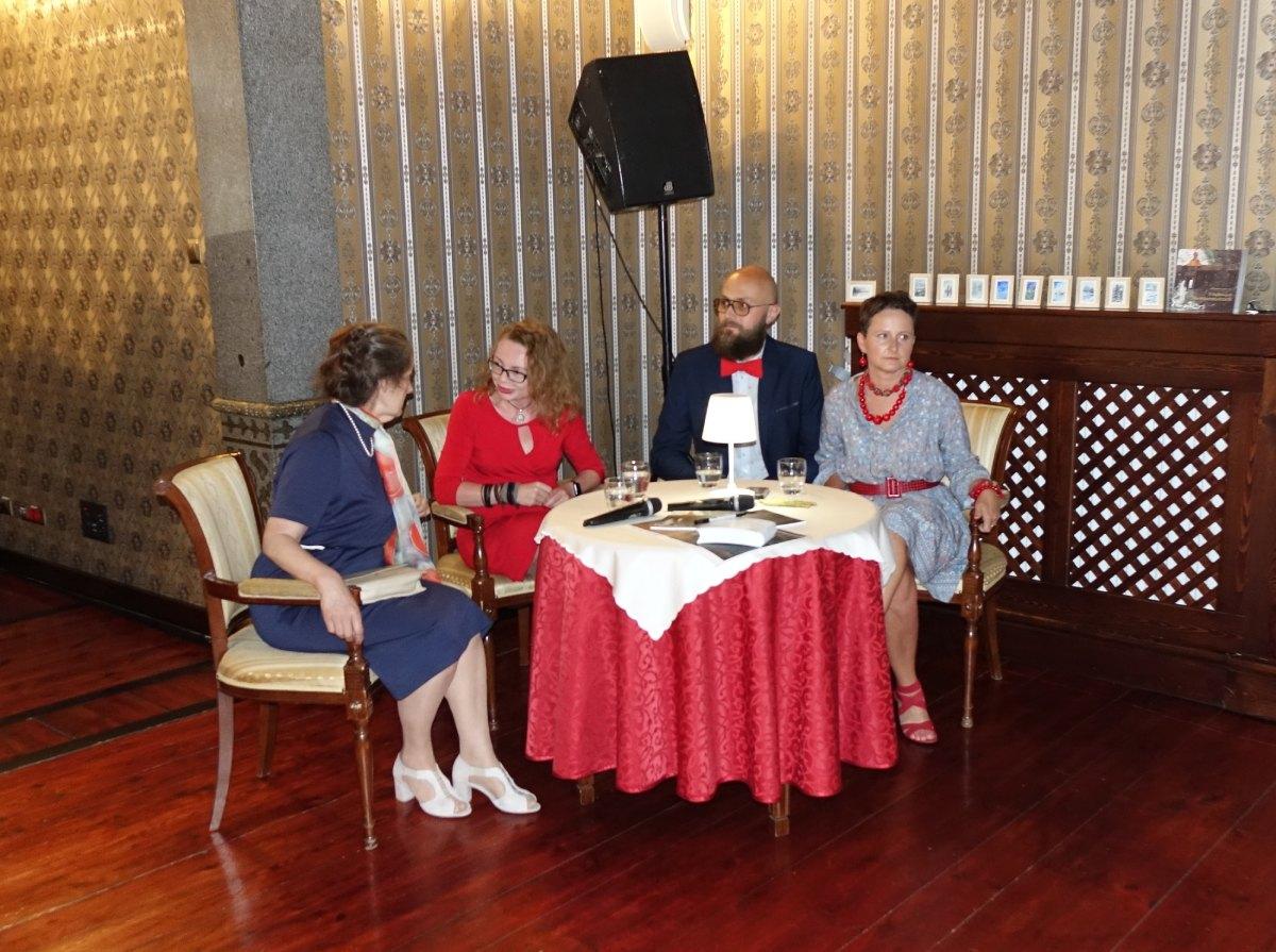 Twórcy książki podczas spotkania autorskiego, od lewej: Małgorzata Derus, prowadząca spotkanie Monika Pojda-Dziekońska, Artur Bauc i Anna Mółka.