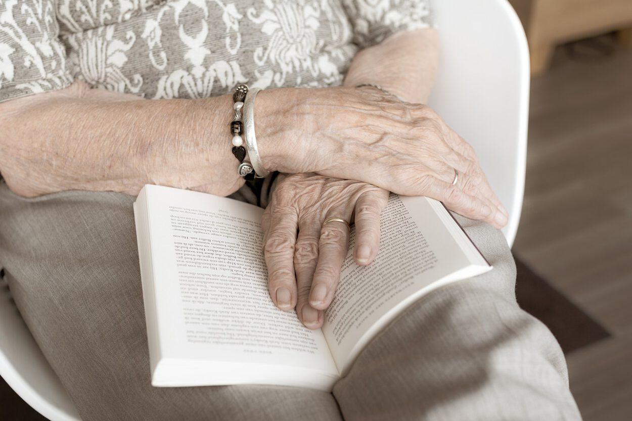 ręce starszej pani