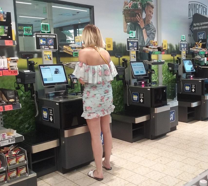 kobieta przy kasie w supermarkecie