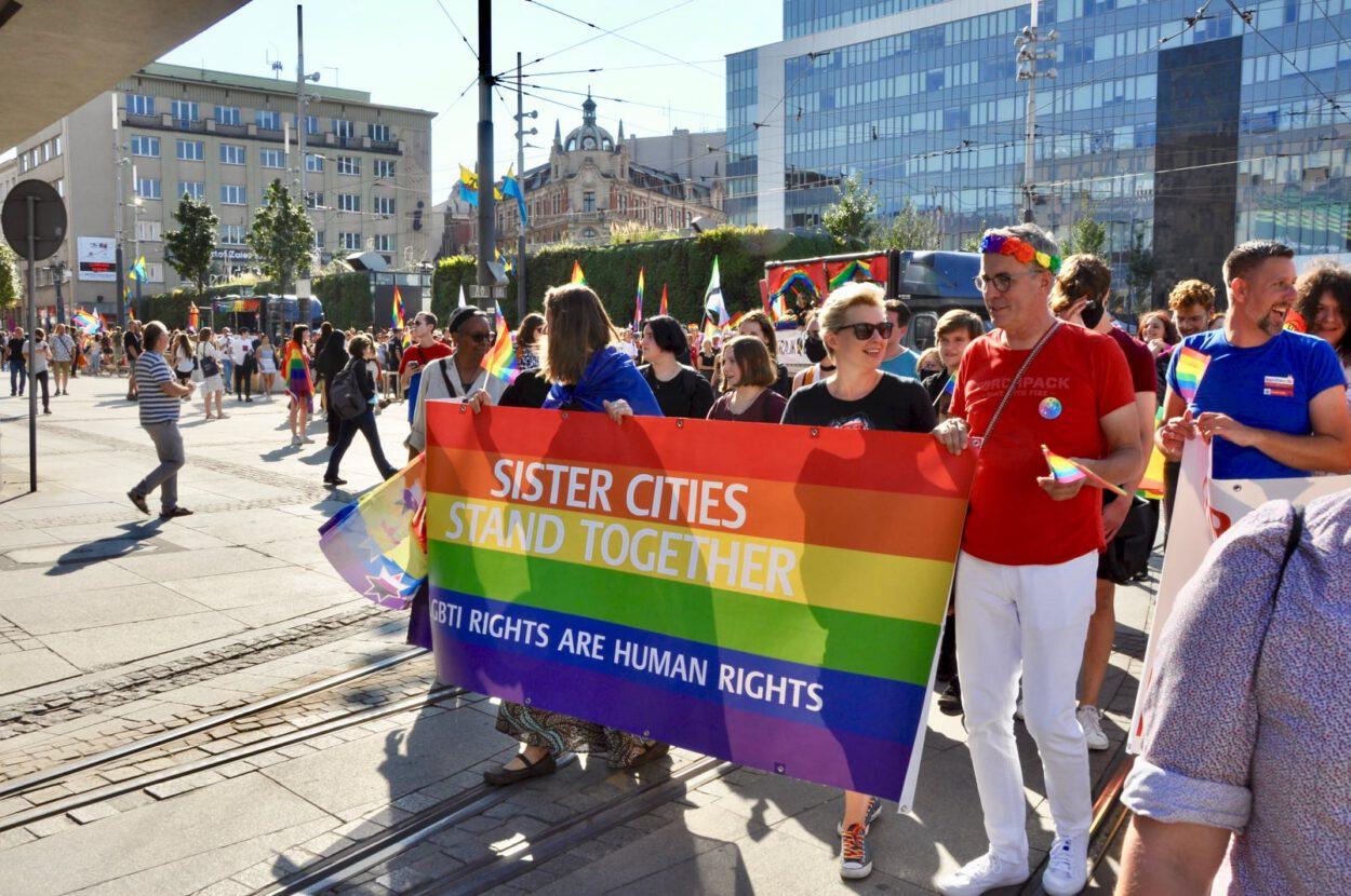 ludzie i flaga sister cities w centrum katowic