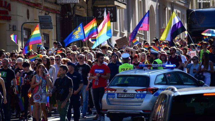 marsz równości w katowicach flagi i policja