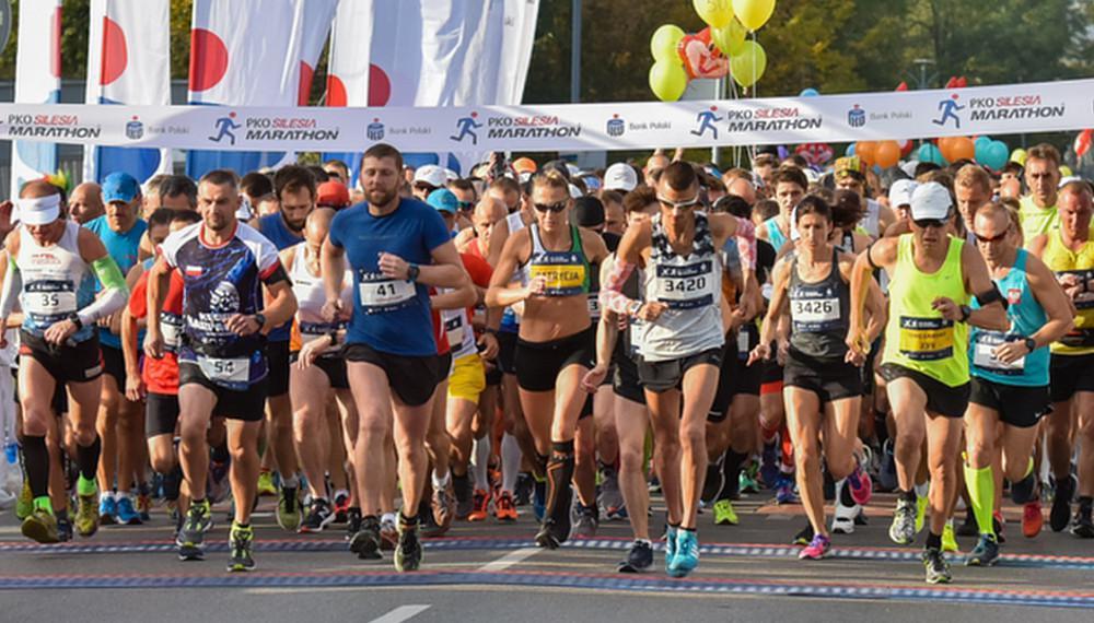 Na starcie Silesia Marathonu zawsze stawało kilka tysięcy biegaczy. W minionym roku na liste startową zapisało się 2246 osób. Ostatecznie wystartowało 1218 biegaczy, którzy nie przestraszyli się koronawirusa, ani fatalnej wtedy pogody. Fot. silesiamarathon.pl