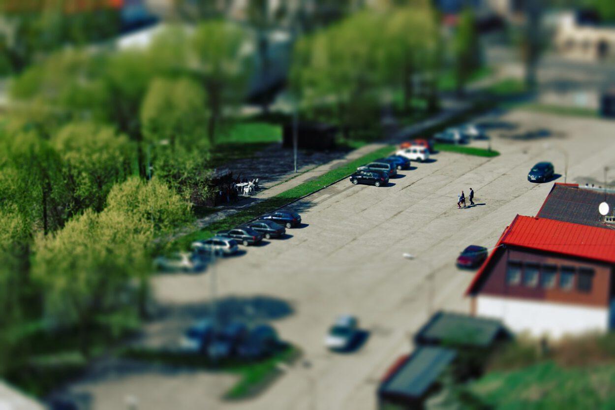 parking w siemianowicach samochody i przechodnie