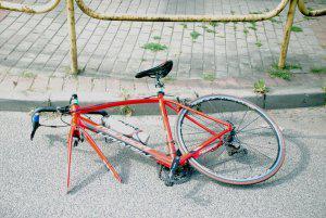 połamany rower na ulicy siemianowice
