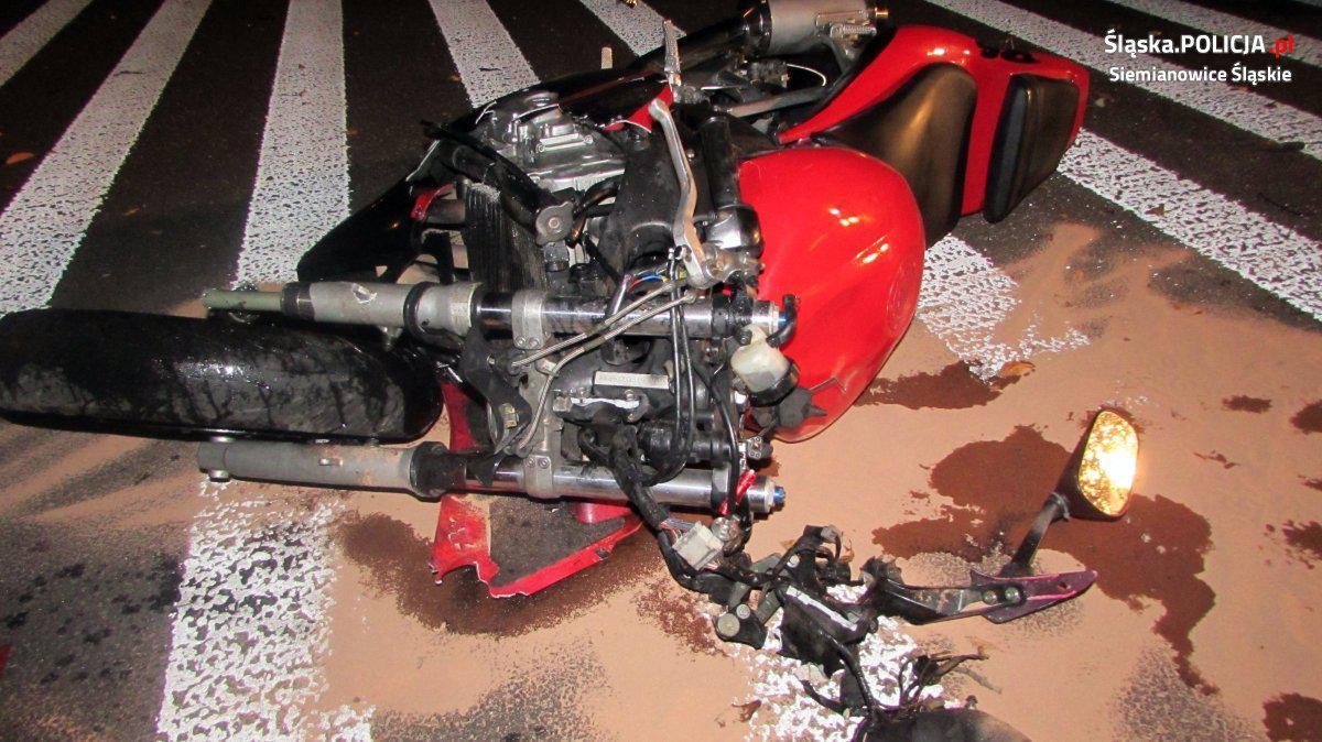 przewrócony motocykl na jezdni