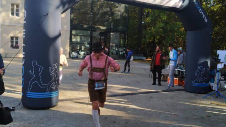 siemianowice - ktoś wbiega w stroju bawarczyka-min