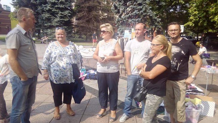 Uczestnicy wyprzedaży dzielą się uwagami z Danuta Sobczyk, jej organizatorką