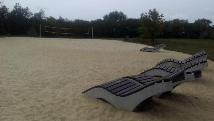 Miejska plaża na Rzęsie świeci pustkami. Albo wszyscy pojechali nad Bałtyk, albo nie pasi im sąsiedztwo byłego wysypiska Landeco.