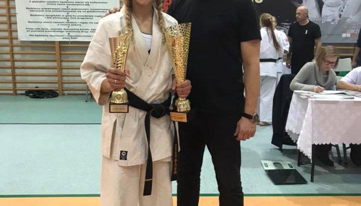 Daria Dobkowska – Szefer, zawodniczka karate, jedna z uhonorowanych z trenerem Andrzejem Maneckim.