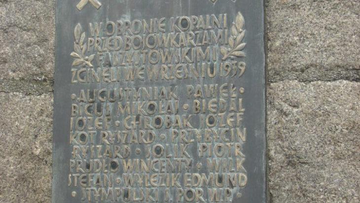 Tablica pamiątkowa na pomniku ku czci ofiar wydarzeń z roku 1939