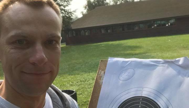 Jakub Nowak, lewica, wprawia się w strzelaniu, ale widać sporo trafień poza tarczą