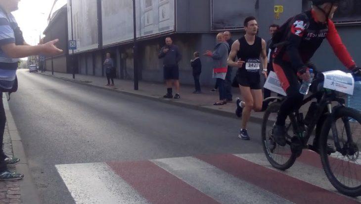 Zawodników z czołówki pilotowali rowerzyści.