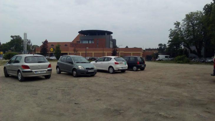 Parking - klepisko. W tle lądowisko dla helikopterów na dachu Centrum Leczenia Oparzeń.