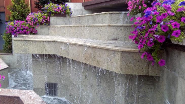 Miejska fontanna obok Willi Fitznera. Lubią ją gołębie.